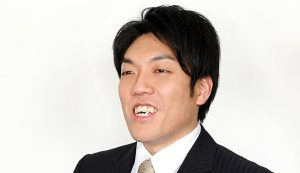 インタビューを受ける心理カウンセラー・コーチの山田康一朗さん
